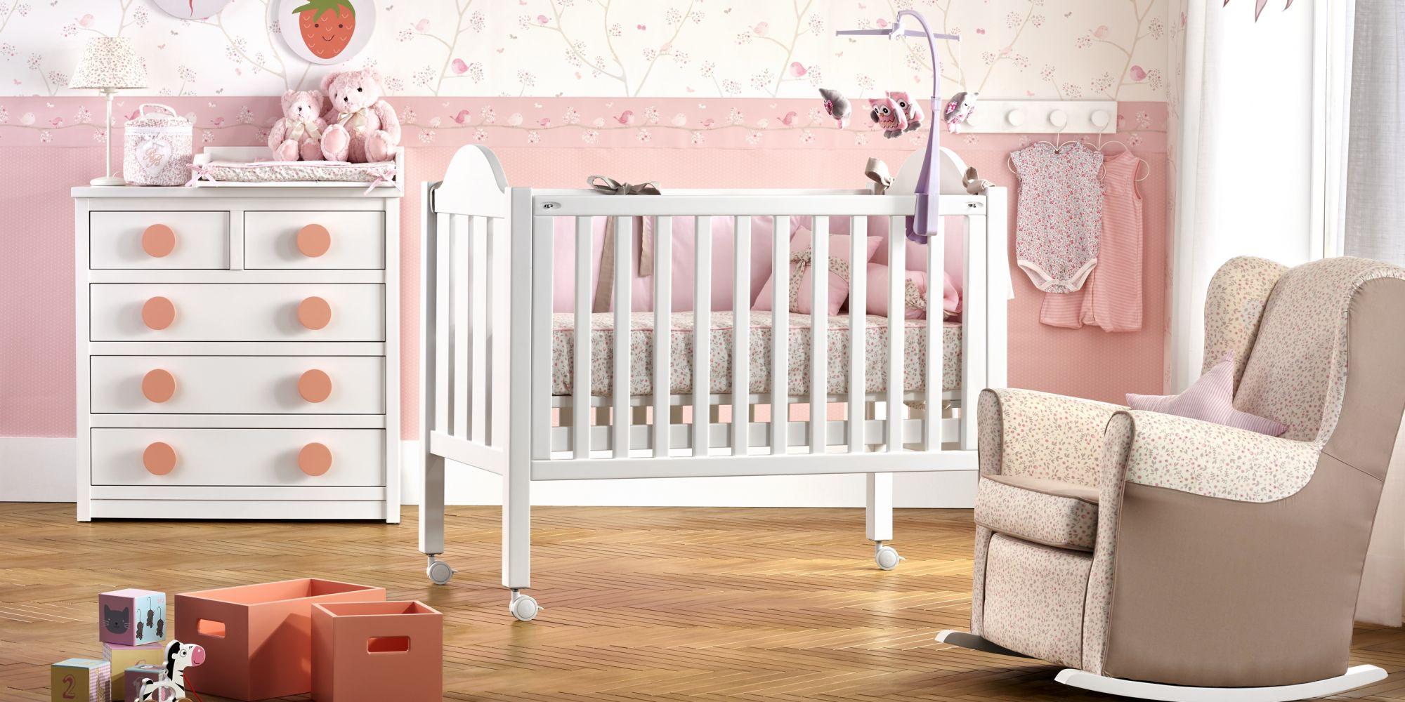 Cuna curva, cómoda de 5 cajones, mecedora infantil y complementos | Mueble de Bebé