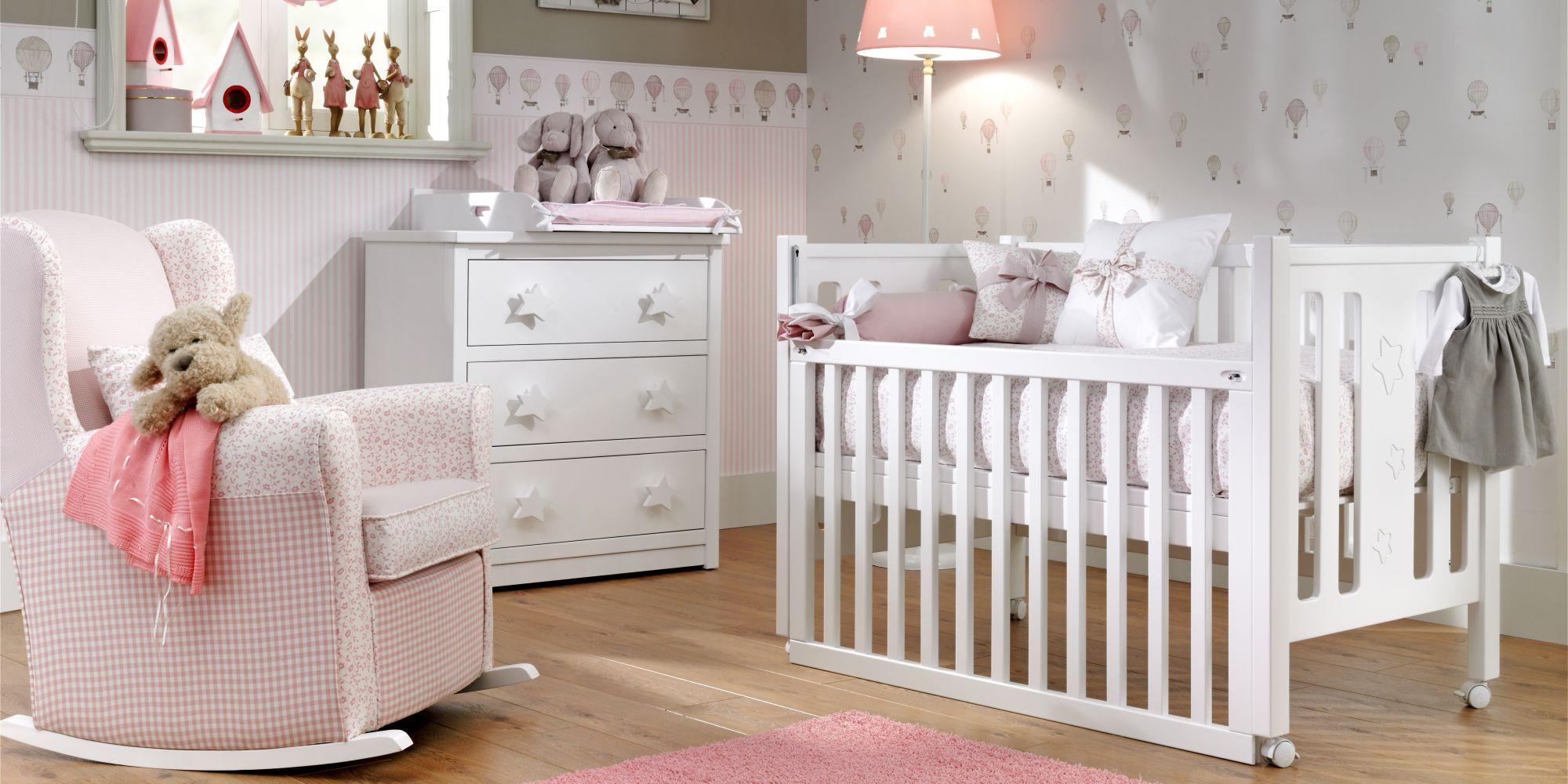 Cuna con barandilla móvil, cómoda de 3 cajones y mecedora infantil, estancia ideal para el confort de su bebe   Mueble Infantil