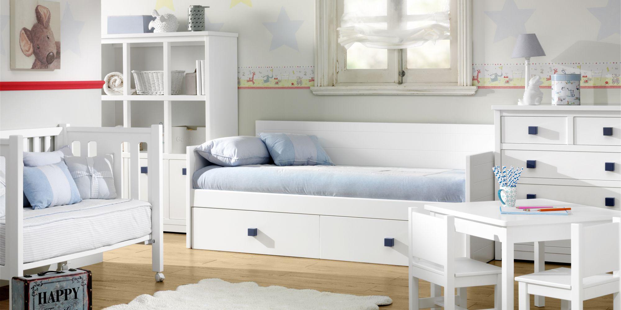 Cama nido, cuna con barandilla móvil, comoda de cajones, librero y zona de juego completando una estancia ideal para el disfrute de los pequeños de la casa | Mueble Infantil