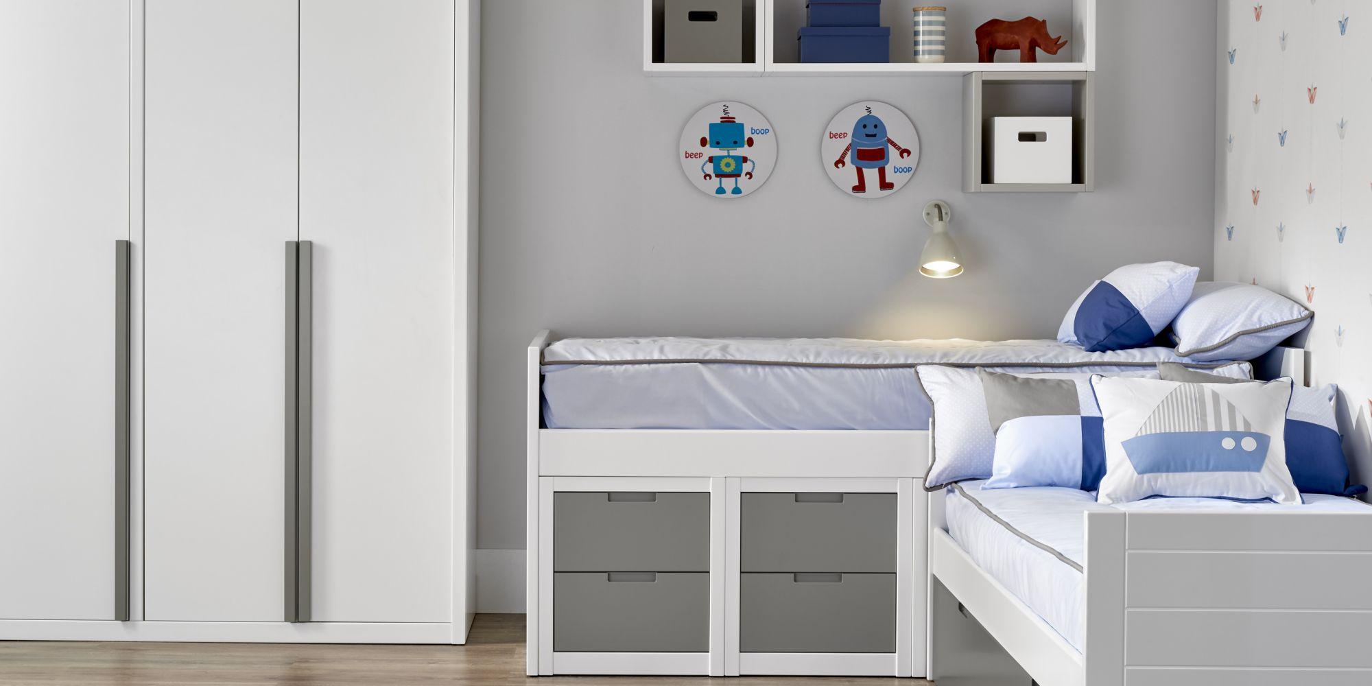 Bloque de dos camas con cajones inferiores y armario de tres puertas