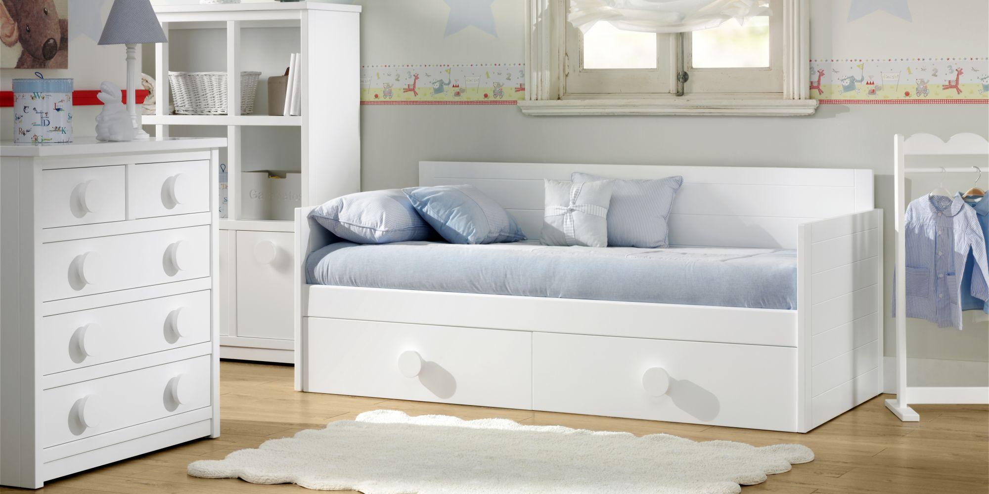 Habitación compuesta por cama con cajones inferiores y chiffonier