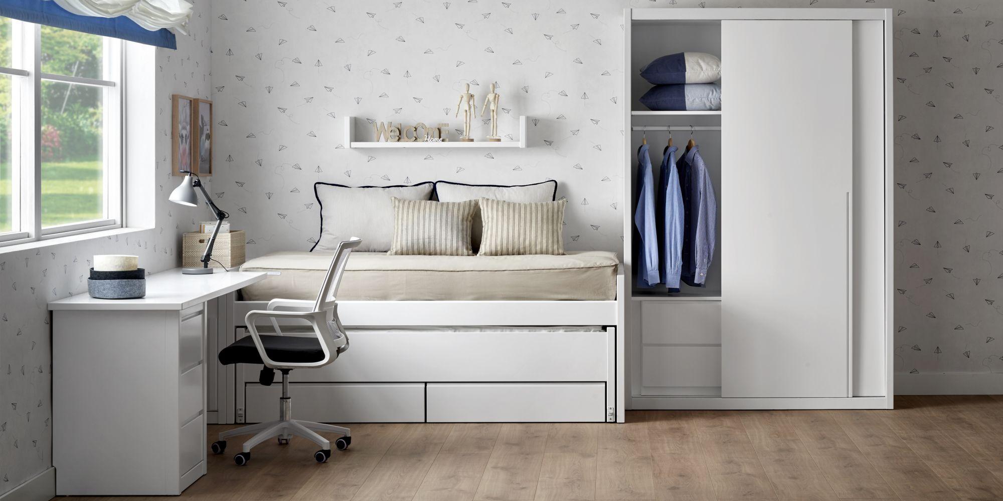 Cama con armario de puertas correderas y mesa de estudio