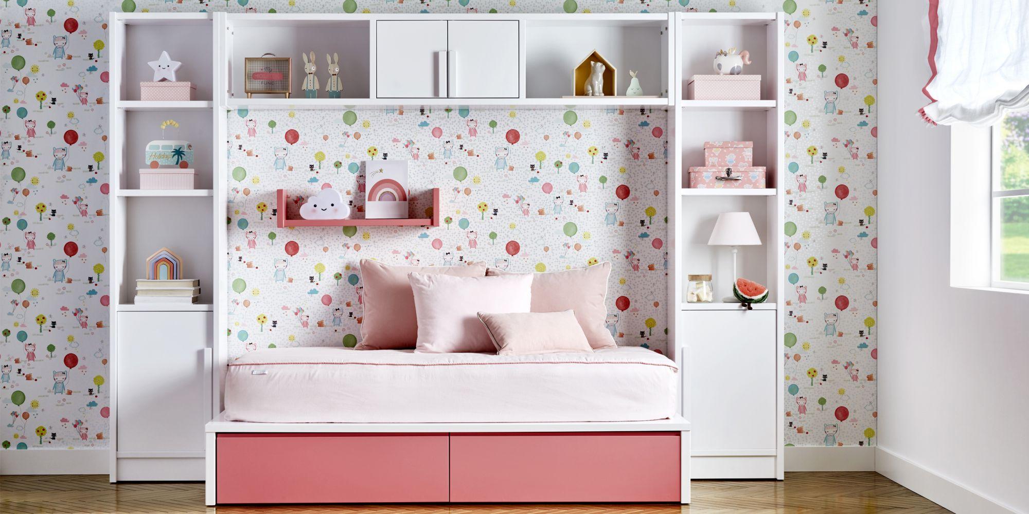 Cama tatami blanca y rosa con estanterias