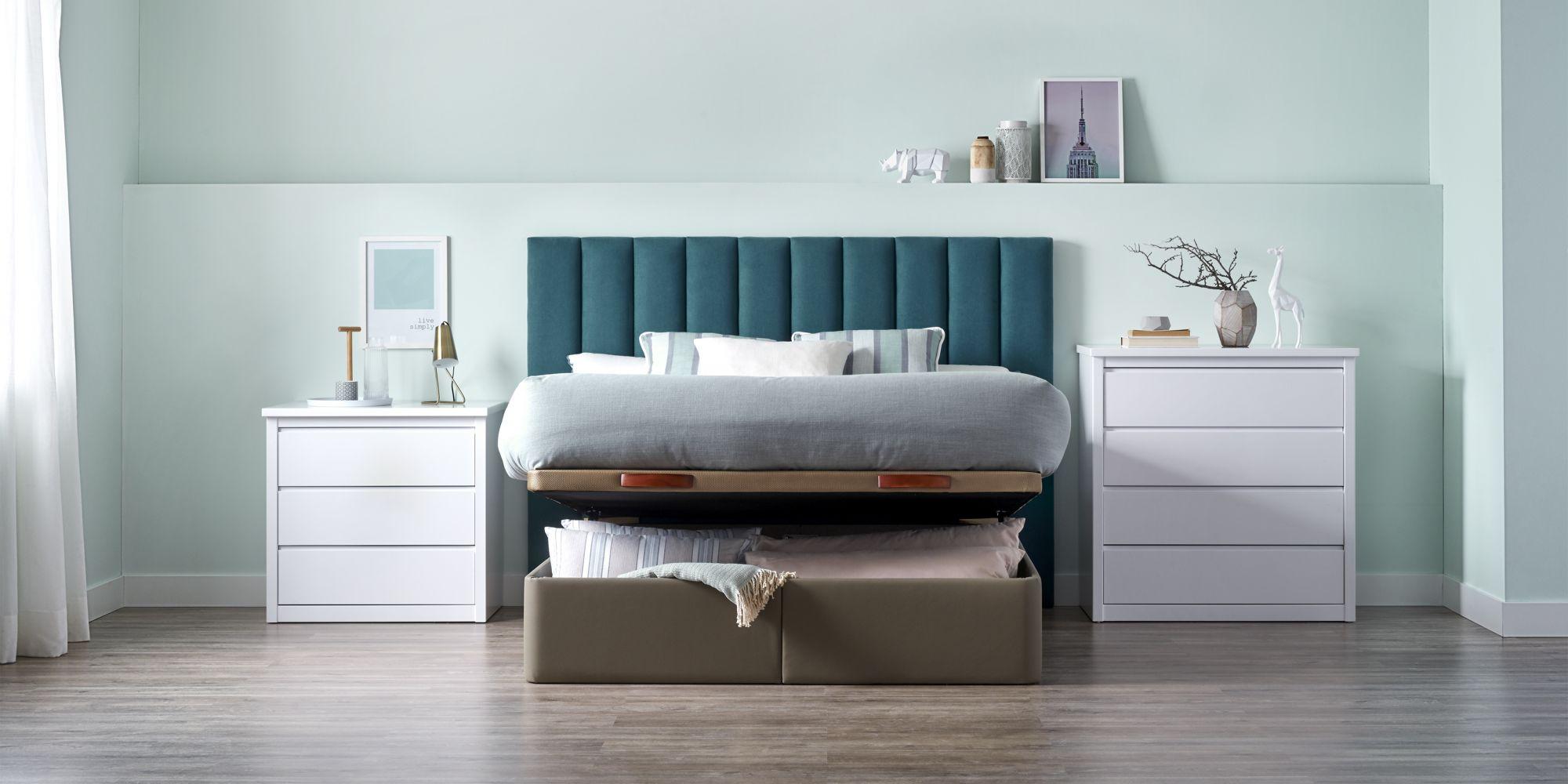 Canape con cabecero tapizado y mesas de noche