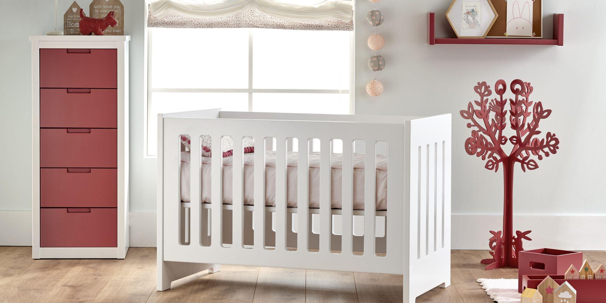 Cuna para bebé y chiffoner de cinco cajones