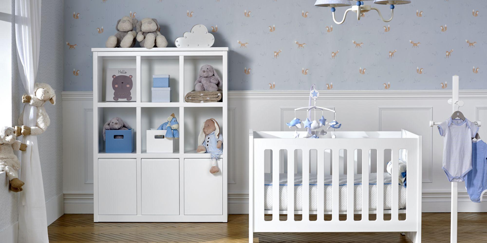 Cuna para bebé y librero con cajones para almacenaje