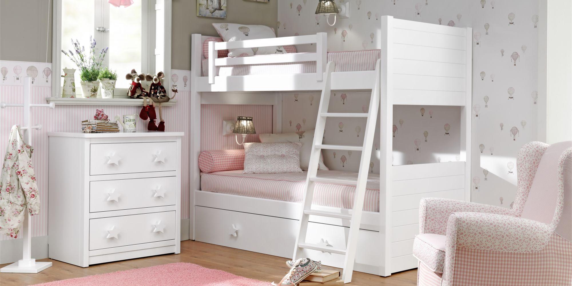 Dormitorio femenino con litera, cómoda y mecedora