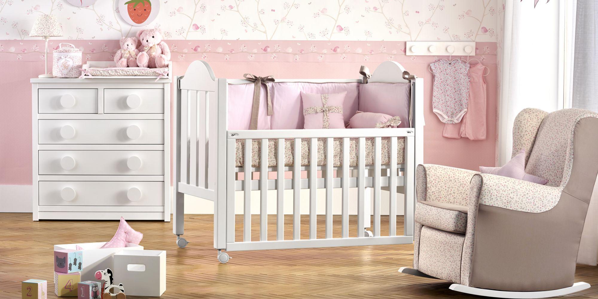 Habitación para bebe con cuna y cómoda