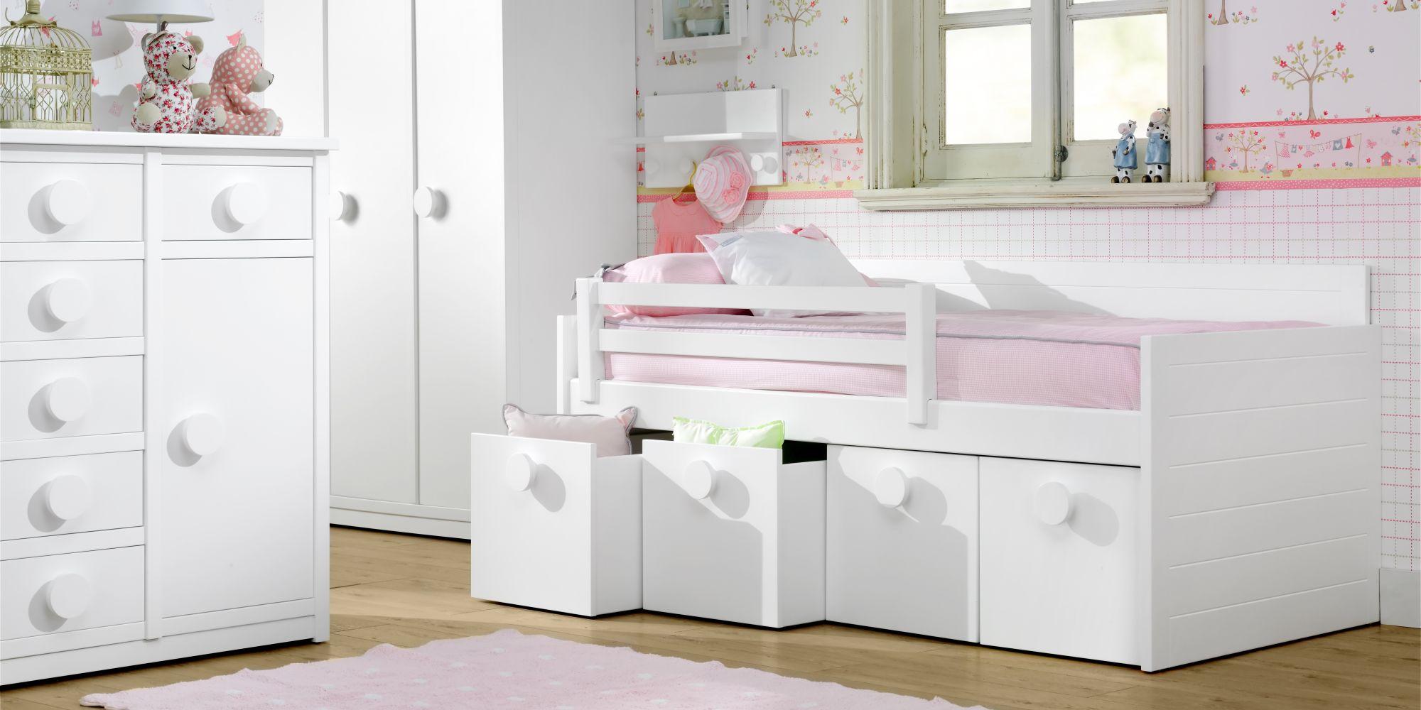 Habitación con cama nido y amplios espacios de almacenaje