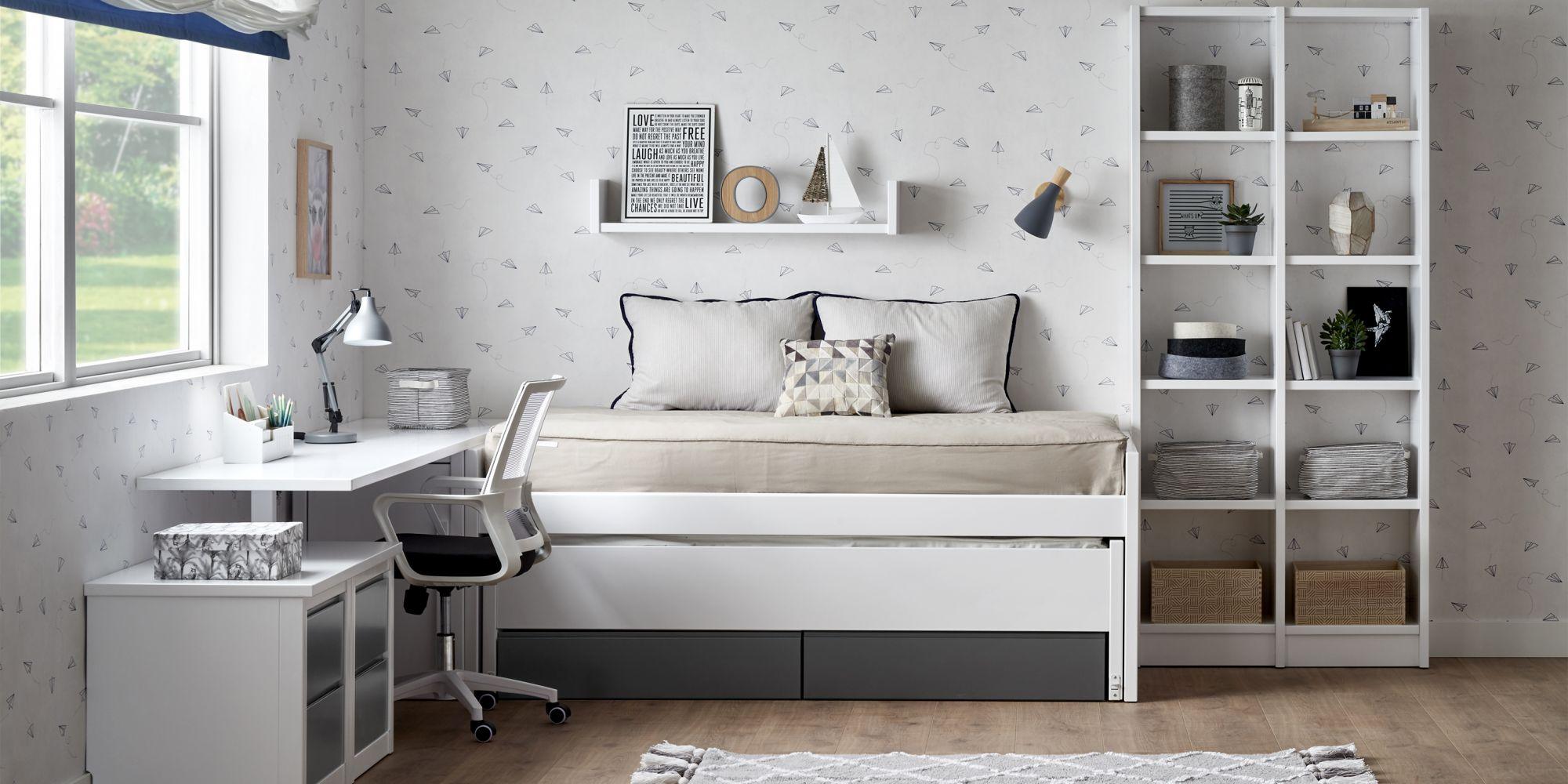 Habitacion con cama compacta y escritorio