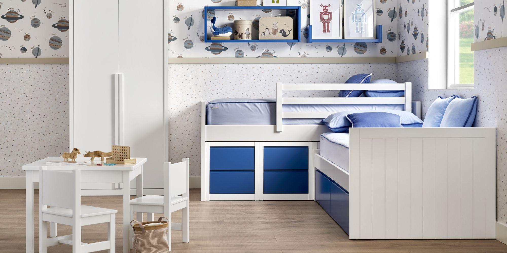 Habitacion con dos camas azul y blanco