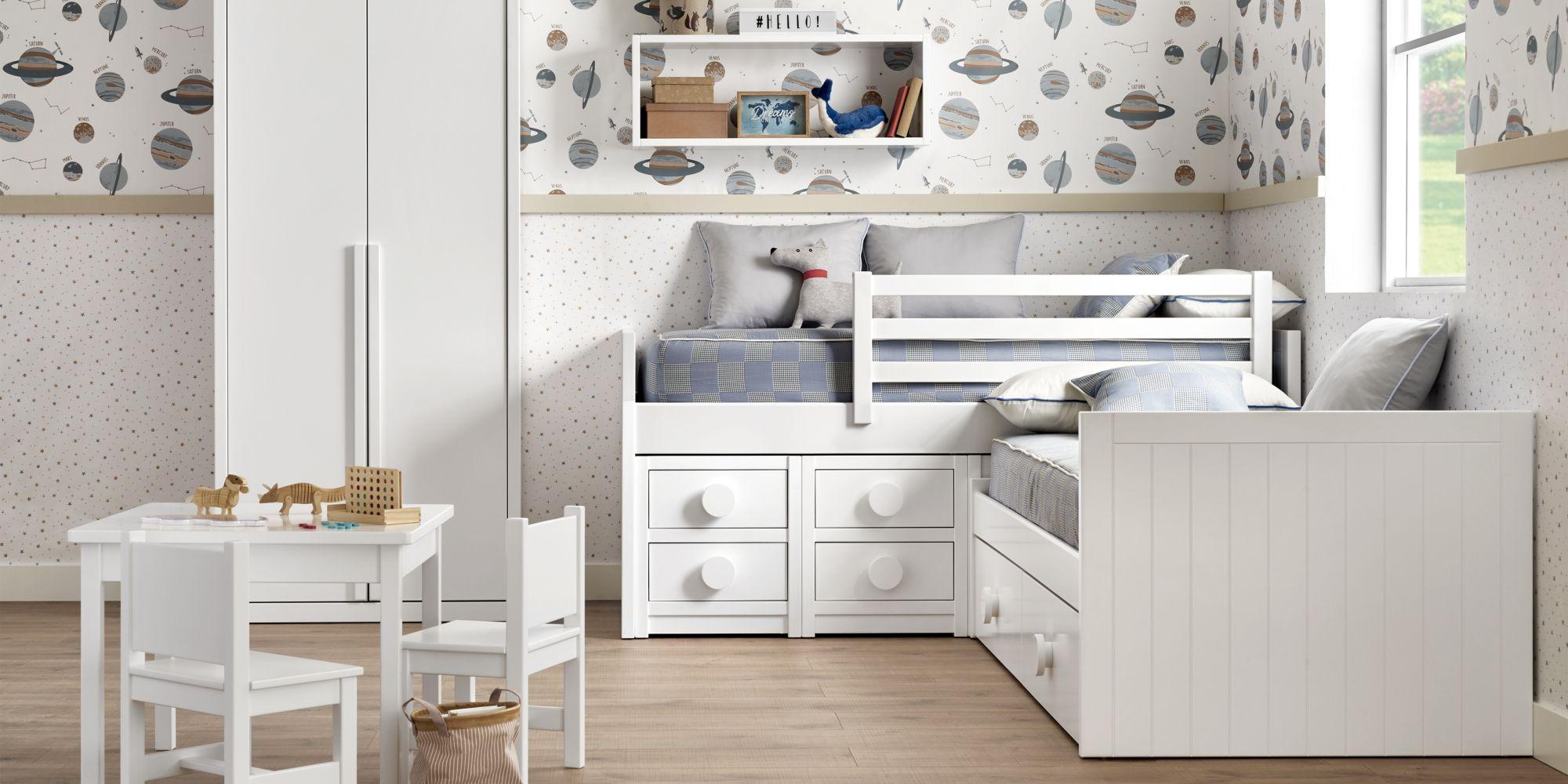 Habitacion con dos camas y armario blanco