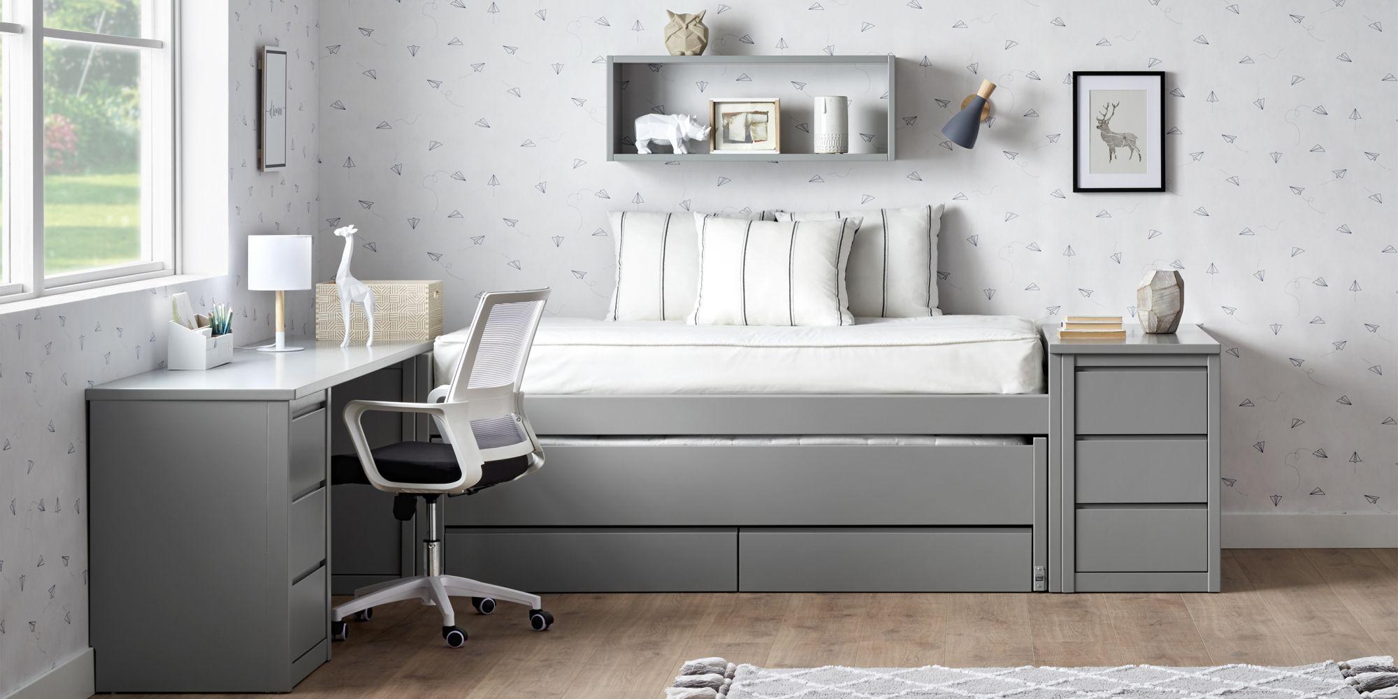 Habitacion gris cama compacta y escritorio con silla ergonomica