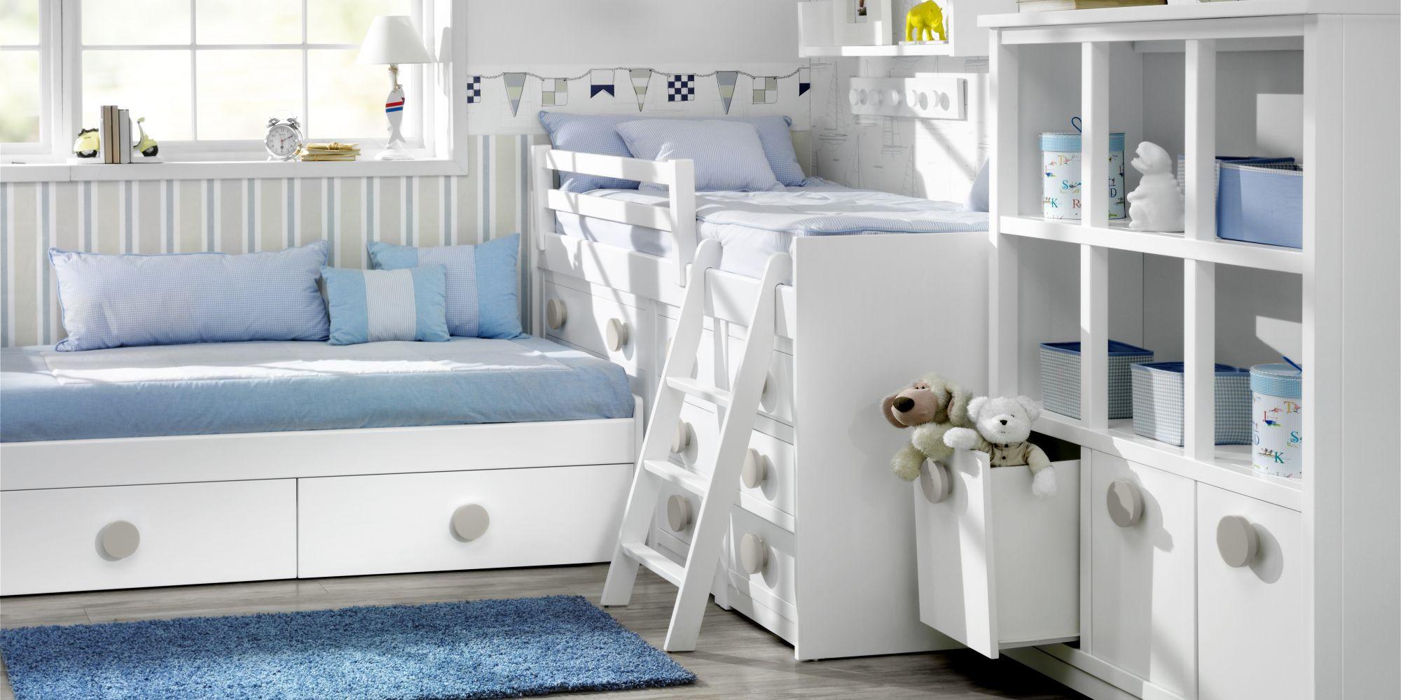 Habitación infantil de dos camas con libreria de gran capacidad