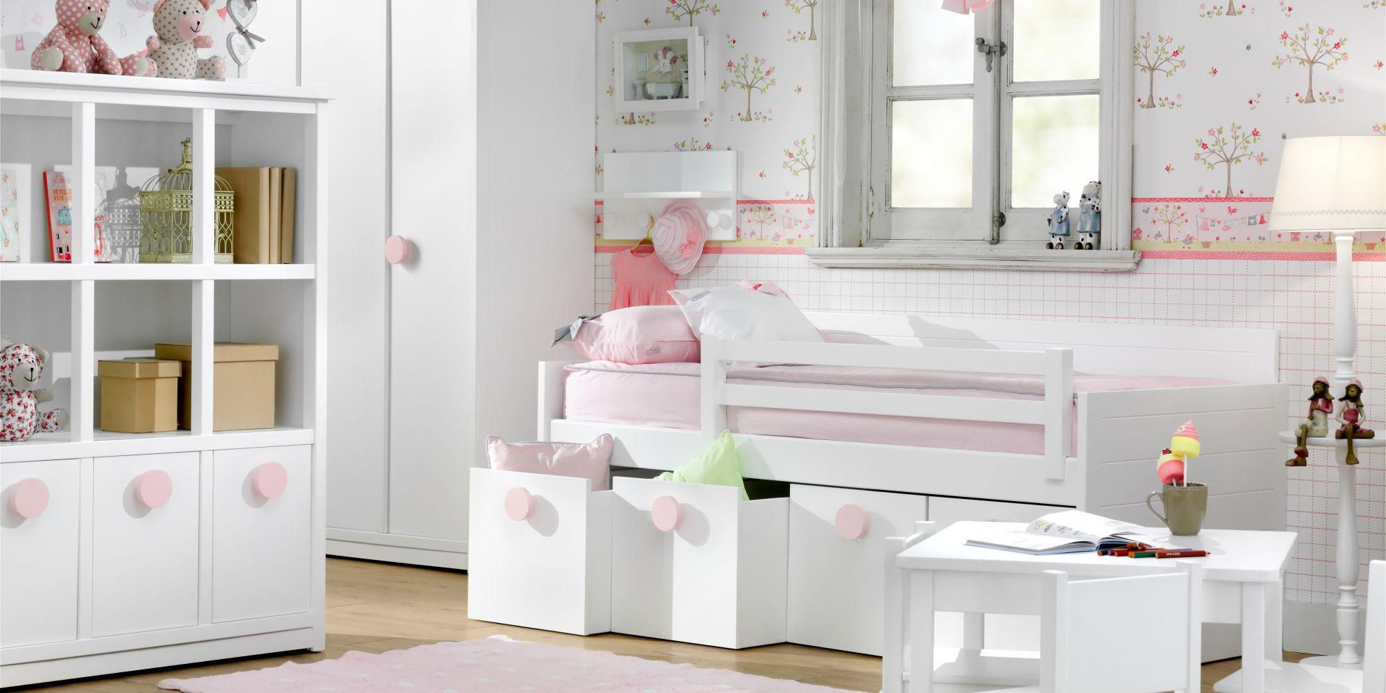 Habitación infantil cama cuatro cajones y mesa