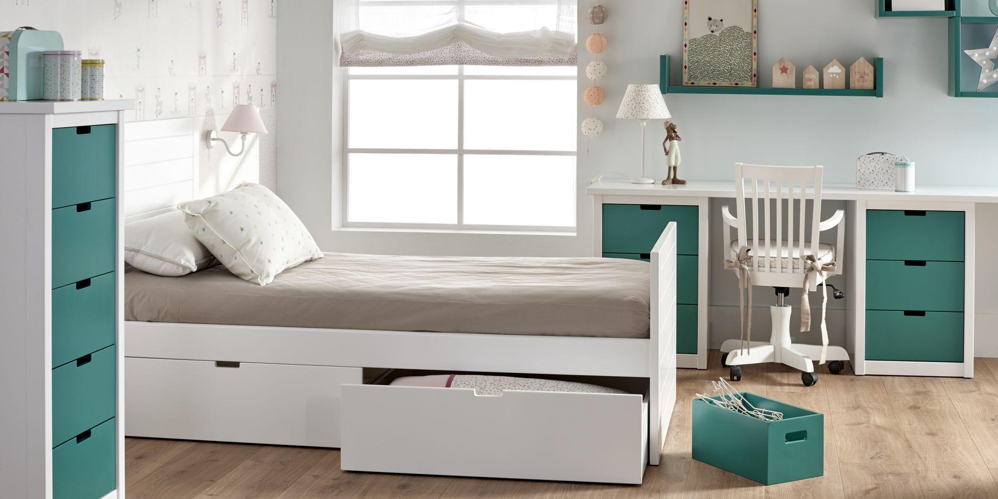 Habitación juvenil de una cama con chiffonier y mesa escritorio