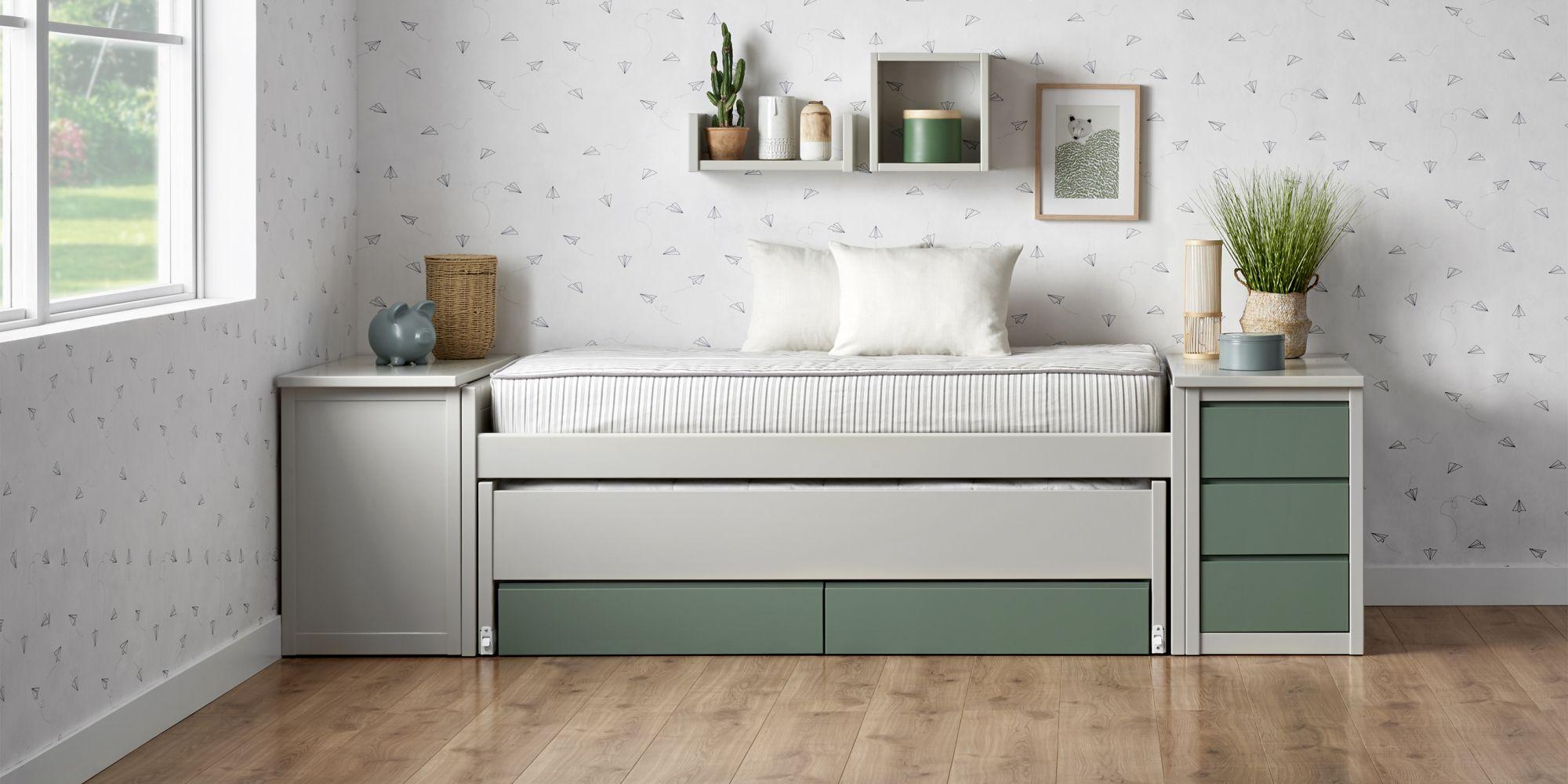 Habitacion juvenil gris y verde con cama compacta