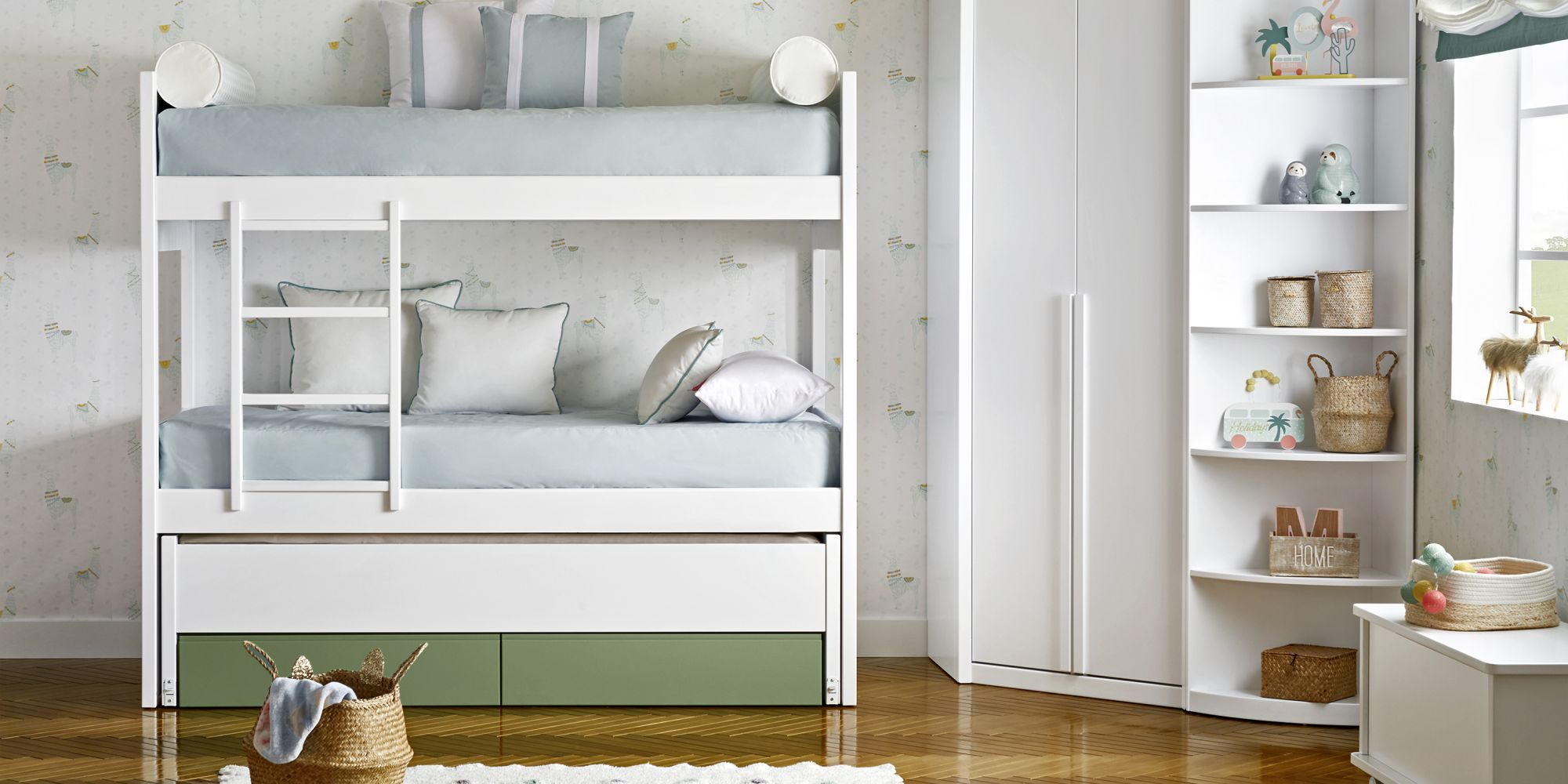 Litera con tres camas y armario blanco y verde
