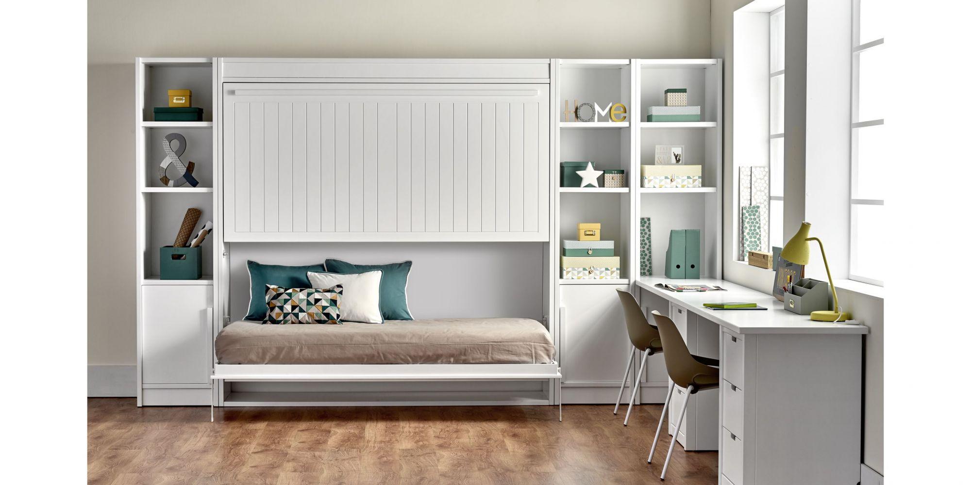 Habitación con litera de dos camas abatible y mesa de estudio