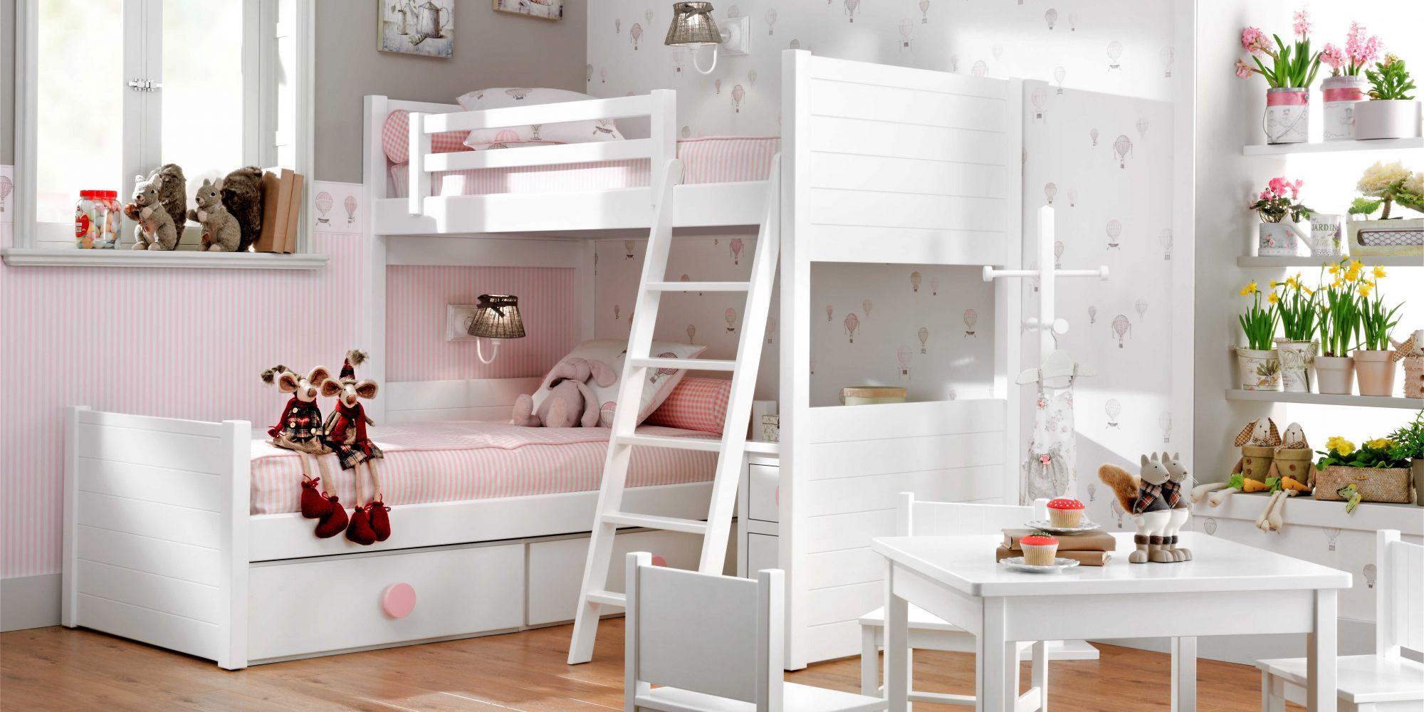 Habitación infantil con litera de dos camas, cajones y mesita