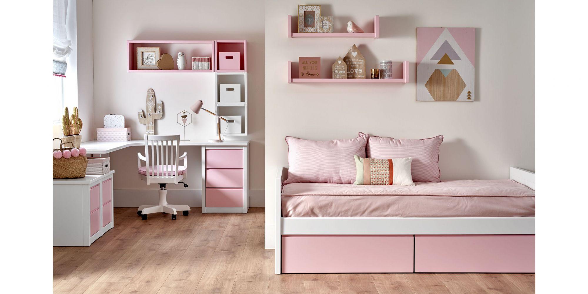 Nido rosa y mesa de estudio