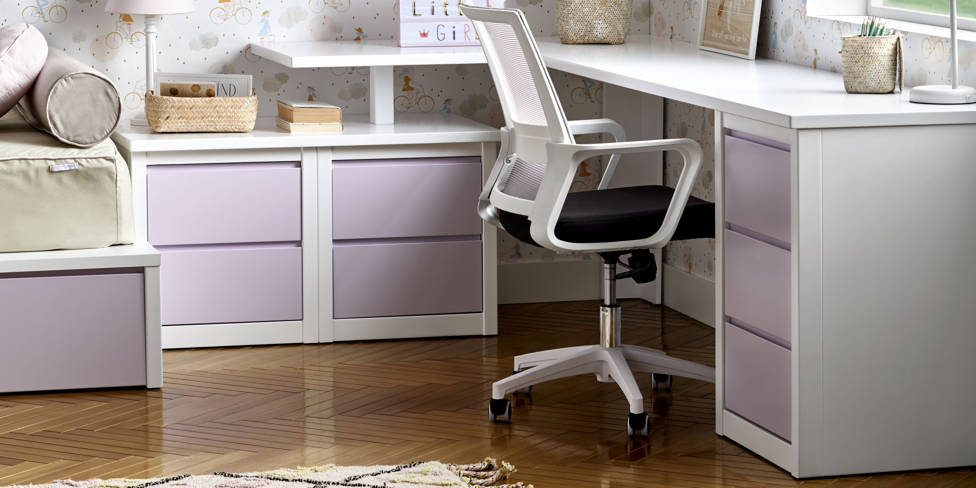 Zona de estudio con silla ergonomica