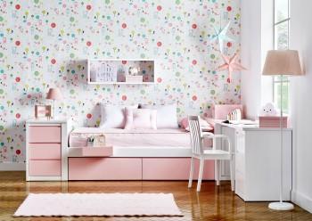 Habitación infantil de una cama con cajones inferiores y librería