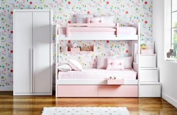 Habitación con litera de tres camas con cajones y zona de escritorio