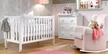 Cuna con ruedas color blanco para bebé y cómoda con tres cajones