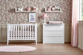Cuna con ruedas color blanco para bebé y cómoda con tres cajones con cambiador