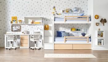 Litera de tres camas con escalera y mesa de estudio