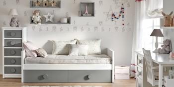 Minicompacto de dos camas color gris con chifonier de cinco cajones